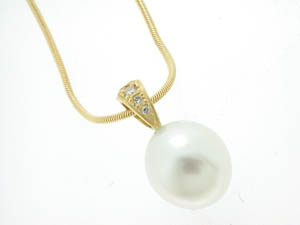 Ladies 18ct Yellow Gold Diamond Set White South Sea Pearl Pendan
