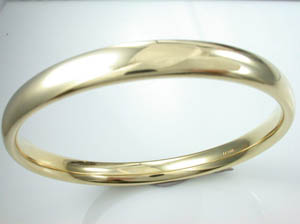 Ladies 9ct Yellow Gold Solid Golf Bangle  .