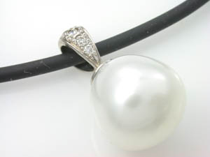 Ladies 18ct White Gold South Sea Pearl Pendant.