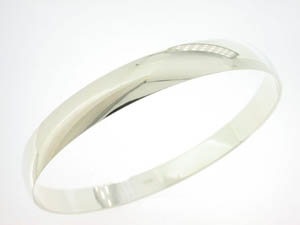 Ladies 9ct White Gold Bangle.