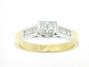 Ladies 18ct Yelllow and White Gold Diamond Set Ring. Centre Ston