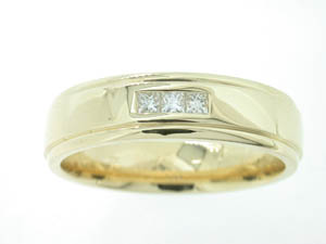 Gents 9ct Yellow Gold Diamond Set Ring.